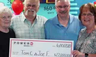 Vendido em 45 estados norte-americanos, as chances de vencer o prêmio acumulado da Powerball são de 1 em quase 300 milhões.