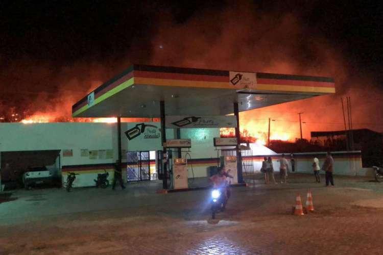 Incêndio próximo a entrada do município de Orós ocorreu nesta quarta-feira, 29  (Foto:  Reprodução WhatsApp O POVO)