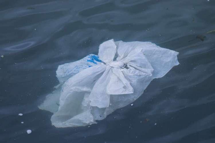 Estudo da fundação indica que todos os itens plásticos devem ser projetados para ser reutilizáveis, recicláveis ou compostáveis (Foto: Brian Yurasits/Unsplash)