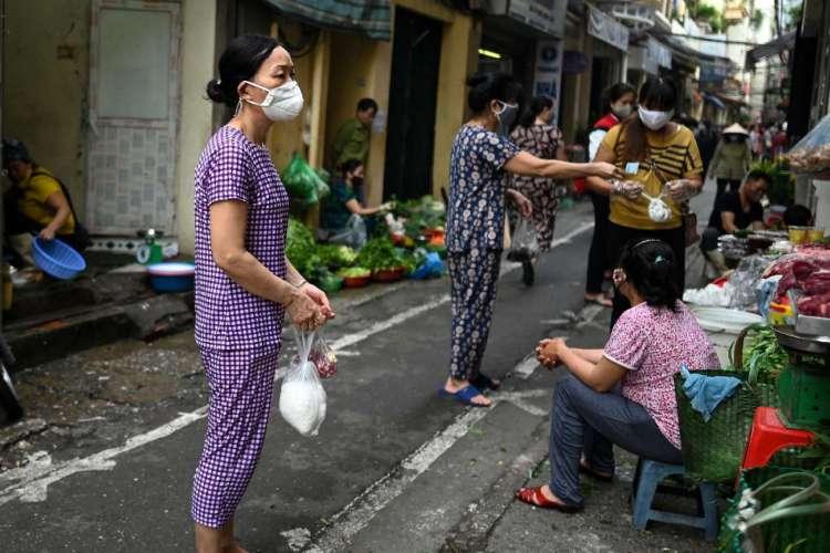 Até o momento, o Vietnã tinha apostado em seguir a experiência de 2003, quando já havia enfrentado uma epidemia de Sars  (Foto: MANAN VATSYAYANA / AFP)
