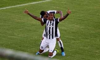 Ceará e Bahia fizeram a primeira partida da final da Copa do Nordeste, neste sábado, 1º, em Pituaçu, em Salvador. Cleber é abraçado por Leandro Carvalho, após marcar o segundo gol do Vovô.
