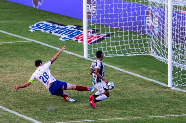 Fernando Sobral empurra para fazer o primeiro gol