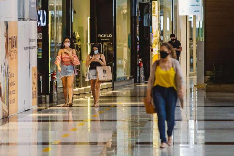 Shopping centers agora podem funcionar de 12 às 22 horas, e salões de beleza das 9 às 20 horas (Foto: Aurelio Alves)