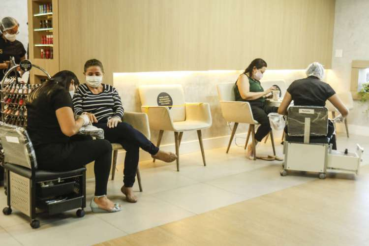 Shopping centers agora podem funcionar de 12 às 22 horas, e salões de beleza das 9 às 20 horas (Foto: Barbara Moira)