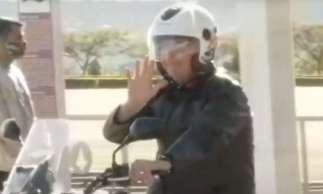 Bolsonaro anda de moto sem usar máscara