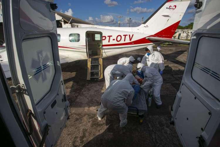 Paciente com coronavírus após ser transferido em um avião equipado como uma unidade de UTI, no Pará, Brasil (Foto: AFP)