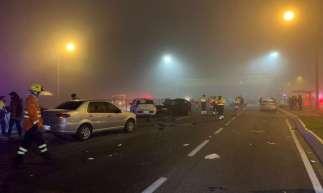 Acidente envolveu 22 veículos, entre eles um caminhão que teria atropelado pessoas no acostamento
