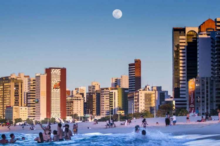 Fim de tarde de domingo, 2, na Praia de Iracema (Foto: FCO FONTENELE/O POVO)