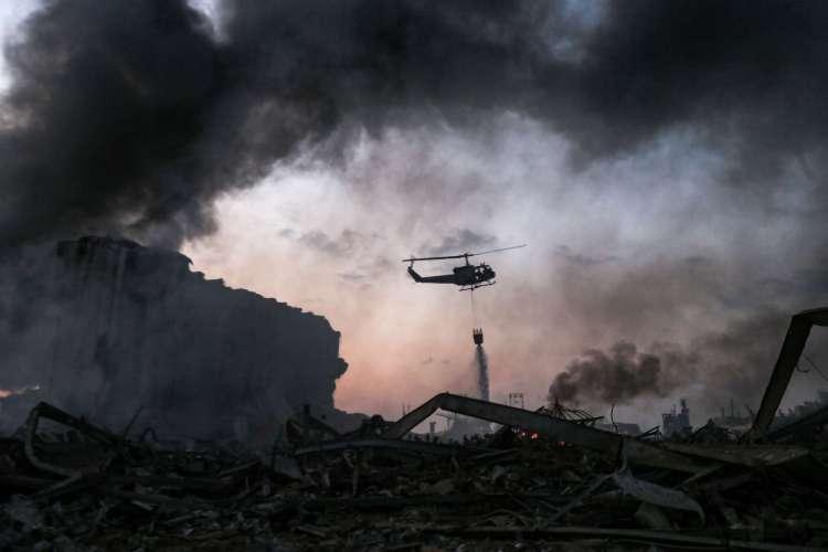 Helicóptero sobrevoa área da explosão em Beirute, Líbano (Foto: STR / AFP)