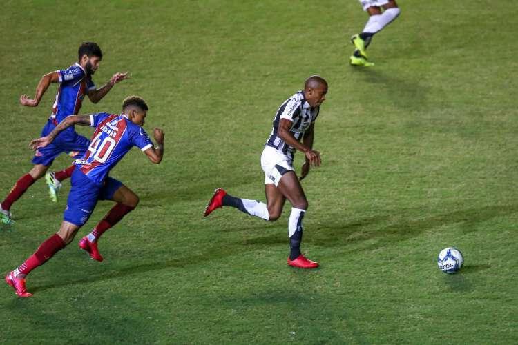 Ceará e Bahia decidiram a Copa do Nordeste 2020. Fabinho é marcado pelo jogador do Esquadrão.  (Foto: Felipe Santos/cearasc.com)
