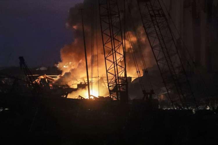 Incêndio no porto do Líbano após fortes explosões em Beirute (Foto: JOSEPH EID / AFP)