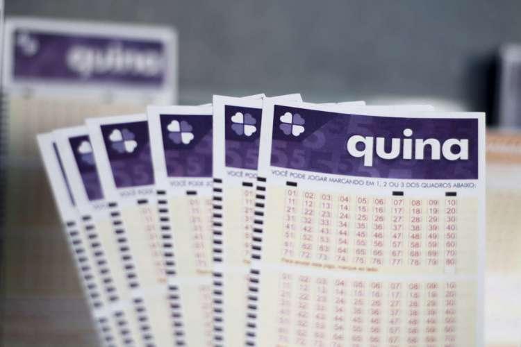 O resultado da Quina Concurso 5332 foi divulgado na noite de hoje, quarta-feira, 5 de agosto (05/08), por volta das 20 horas. O prêmio da loteria está estimado em R$ 4,7 milhões (Foto: Deísa Garcêz)