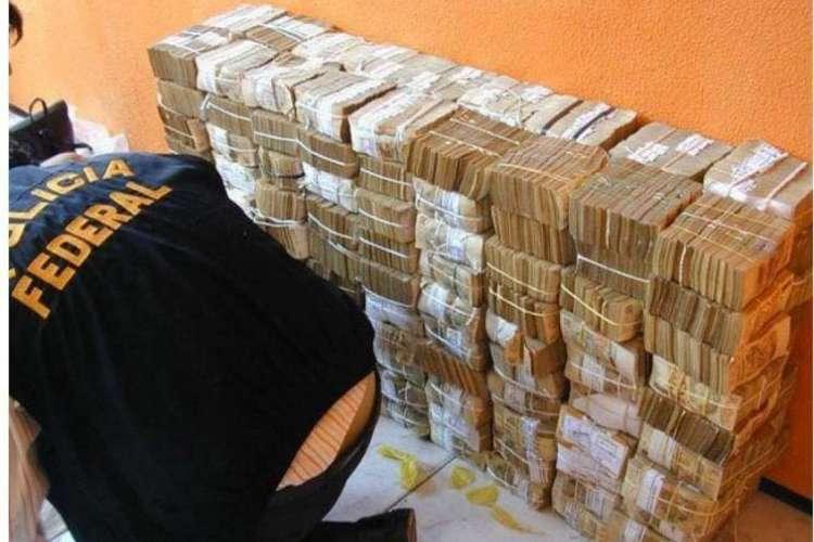 R$ 12,2 milhões encontrados em cédulas de 50 reais após furto ao Banco Central, em Fortaleza, em 2005. Um dos alvos da Operação Rei do Crime, desta quarta-feira, é condenado por envolvimento no furto (Foto: REPRODUÇÃO POLÍCIA FEDERAL)