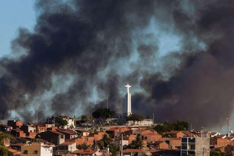 Fumaça do Incêndio em Sobral estava visível em diversos pontos da cidade (Foto: Alex Costa/Especial para O POVO)