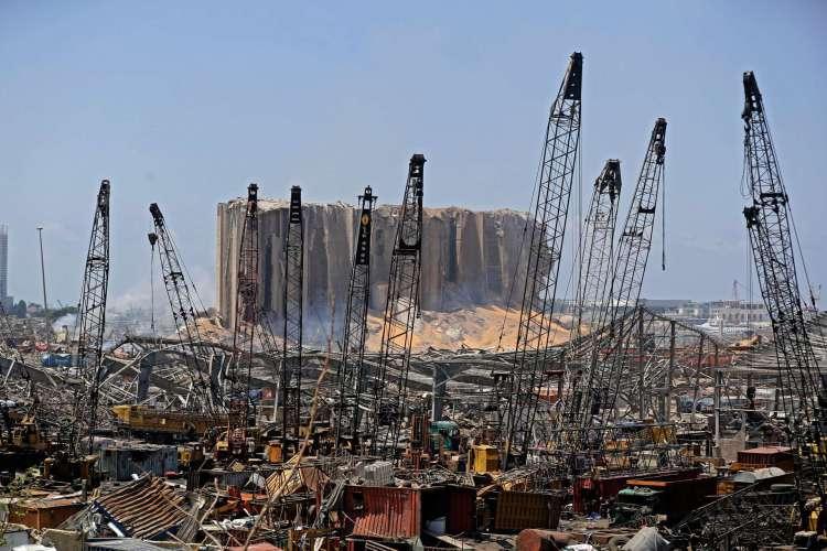 Foto mostra a destruição no porto de Beirute em 5 de agosto de 2020, após uma grande explosão na capital libanesa (Foto: JOSEPH EID / AFP)