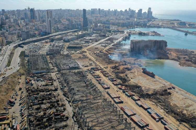 Uma vista aérea mostra o enorme dano causado aos silos de grãos do porto de Beirute (C) e a área ao redor em 5 de agosto de 2020, um dia depois que uma mega explosão atingiu o porto no coração da capital libanesa com a força de um terremoto, matando mais de 100 pessoas e ferindo mais de 4.000. - As equipes de resgate procuraram sobreviventes em Beirute pela manhã após uma explosão cataclísmica no porto semear devastação em bairros inteiros, matando mais de 100 pessoas, ferindo milhares e mergulhando o Líbano em uma crise mais profunda. (Foto de AFP) (Foto: AFP)