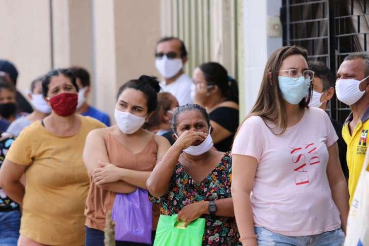 FORTALEZA, CE, BRASIL, 06.05.2020: Pessoas usam máscara de forma errada para proteção contra o novo coronavírus (Foto: Fabio Lima)