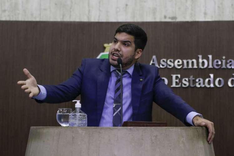 Em sessão presencial na Assembleia em agosto, Fernandes usou tempo de tribuna para se dizer perseguido por colegas de Casa e dirigir xingamentos à imprensa (Foto: Thais Mesquita)