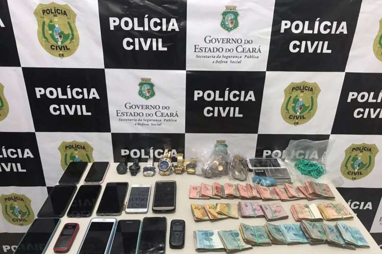 Durante as diligências, as equipes policiais apreenderam ainda R$ 11.700,00 em espécie, além de relógios, aparelhos celulares e um veículo modelo Peugeot. (Foto: Divulgação)