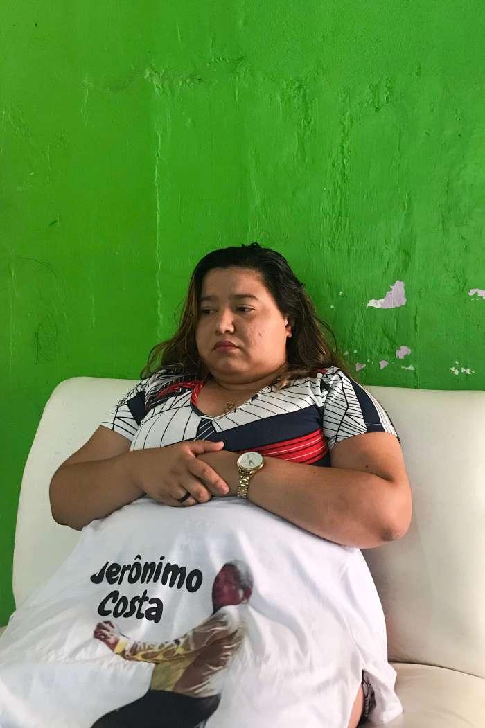 Lisandra Simplício, 24, que perdeu o tio brincalhão na pandemia (Foto: Deisa Garcêz/Especial para O Povo)