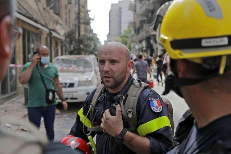 Equipes de resgate francesas trabalham no bairro de Gemayzeh, em Beirute (Foto: JOSEPH EID / AFP)