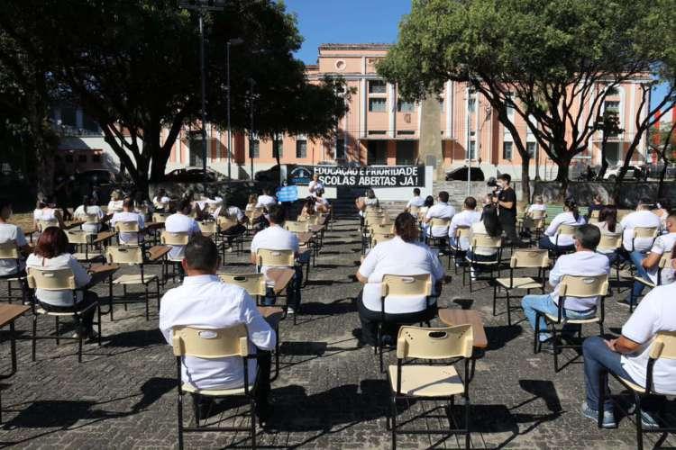 Cadeiras são dispostas e ocupadas por professores e donos de escolas particulares para pressionar governo a autorizar retorno do ensino presencial (Foto: Divulgação /SINEPE-CE)