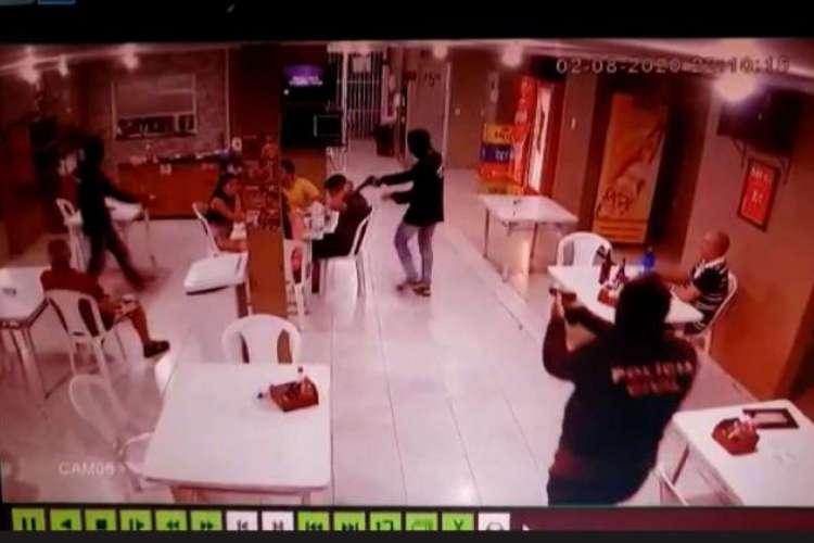 Criminosos se passaram por policiais civis para executar a vítima  (Foto: reprodução/vídeo de câmeras de segurança )