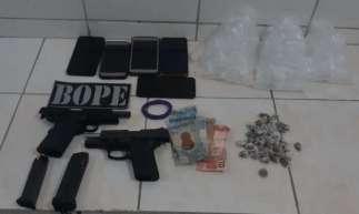 Uma pistola calibre 380 e outra arma de fogo foram localizadas em uma lixeira e apreendidas.
