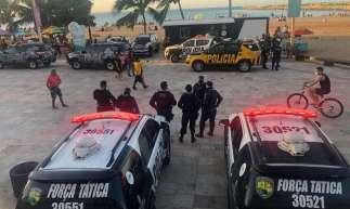 Carros da Polícia Militar do Ceará (PMCE), da Força Tática e da Polícia Rodoviária Estadual (PRE) ocupam neste sábado, 8, a Praia de Iracema, no trecho conhecido como a Praia dos Crush