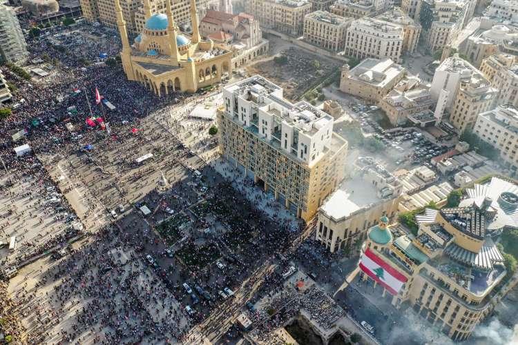 Esta foto tirada em 8 de agosto de 2020 mostra uma vista aérea da manifestação no centro de Beirute contra uma liderança política que eles culpam por uma explosão monstruosa que matou mais de 150 pessoas e desfigurou a capital Beirute (Foto: STR/ AFP)