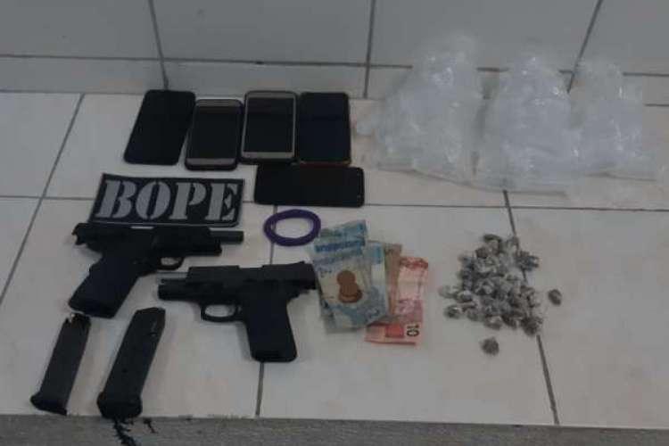Uma pistola calibre 380 e outra arma de fogo foram localizadas em uma lixeira e apreendidas.  (Foto: Divulgação/SSPDS)
