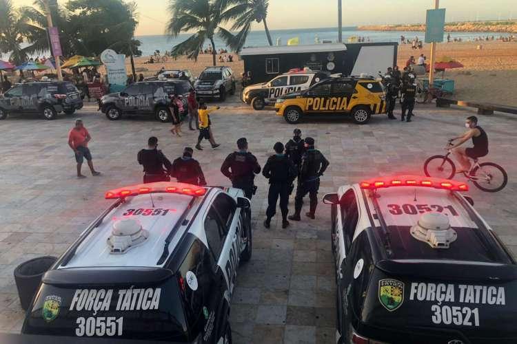 Carros da Polícia Militar do Ceará (PMCE), da Força Tática e da Polícia Rodoviária Estadual (PRE) ocupam neste sábado, 8, a Praia de Iracema, no trecho conhecido como a Praia dos Crush (Foto: LEITOR VIA WHATSAPP O POVO)