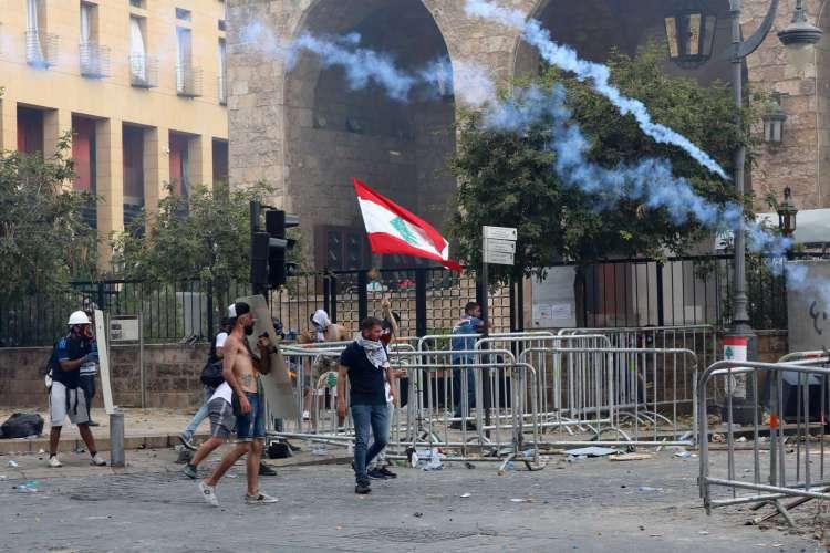 Manifestantes foram às ruas de Beirute neste sábado, 8, para criticar a posição do governo e pedir respostas sobre o incidente (Foto: Anwar AMRO/AFP)