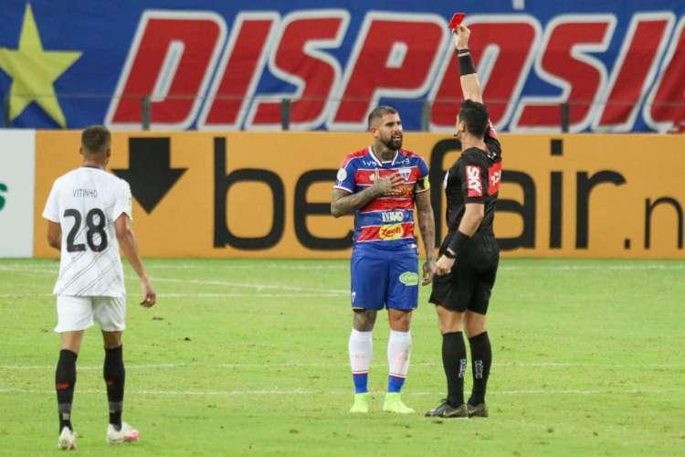 Quintero é expulso após acertar Nikão em lance sem a bola (Foto: JL ROSA/O POVO)