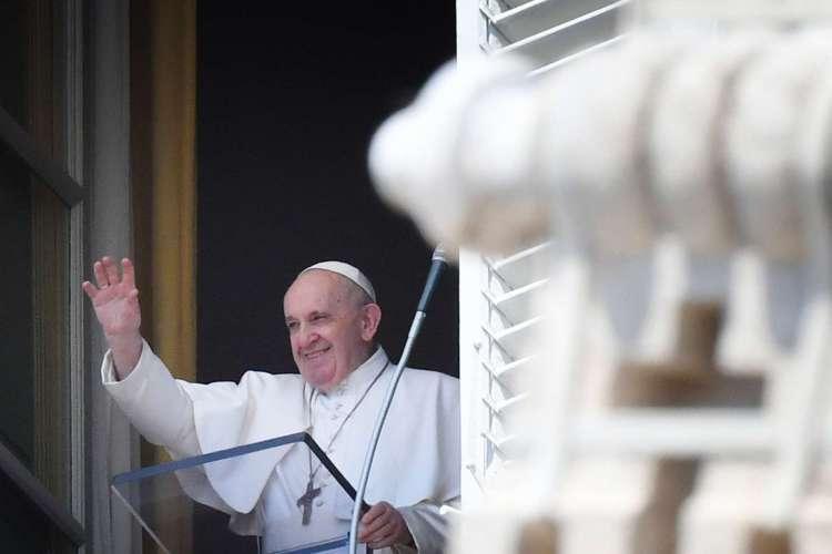Papa Francisco durante a missa na praça de São Pedro, neste domingo, 9 de agosto (Foto: Alberto PIZZOLI / AFP)