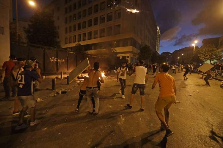 MANIFESTANTES entraram em confronto com as forças de segurança em Beirute (Foto: Foto de JOSEPH EID / AFP)