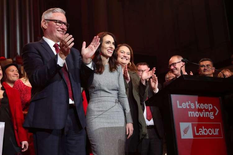 A primeira-ministra da Nova Zelândia Jacinda Ardern e o vice-primeiro-ministro Kelvin Davis participam do lançamento da campanha eleitoral do Partido Trabalhista em Auckland em 8 de agosto de 2020      (Foto: AFP)