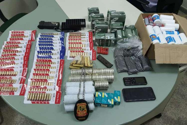 Armas e material de produção dos projéteis foram apreendidos em uma loja de pesca no Centro de Fortaleza (Foto: DIVULGAÇÃO SSPDS)