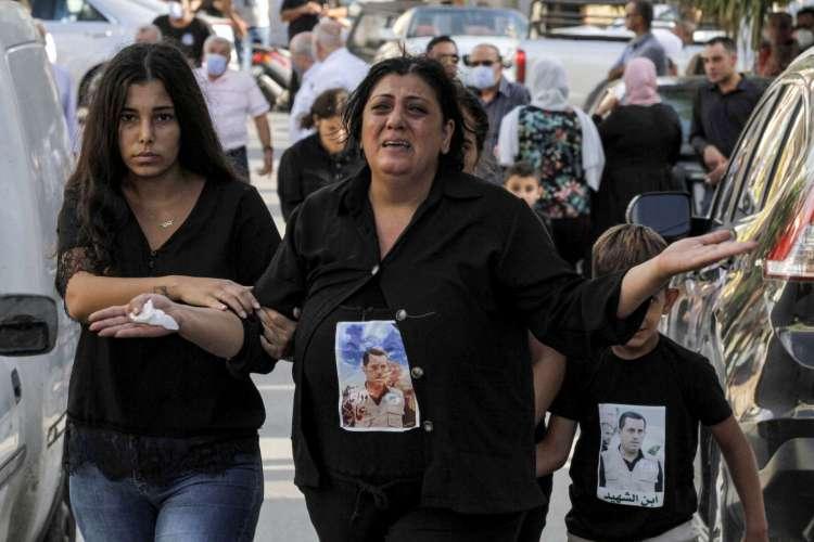 Membros da família de Imad Zahr al-Din, trabalhador do porto de Beirute que foi morto durante a explosão da semana passada (Foto: Mahmoud ZAYYAT / AFP)