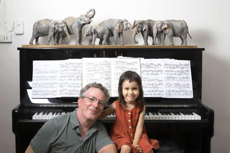 A menina está sempre junto ao instrumento, tranquila, aparentemente imersa nas sensações que as músicas lhe proporcionam. (Foto: Reprodução / Facebook )