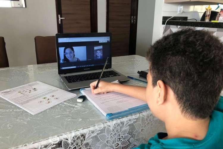 Silvilene Sampaio, 31, as aulas de reforço online têm sido fundamentais para o melhor desempenho do filho Pedro José Sampaio, 10 anos (Foto: Acervo Pessoal)