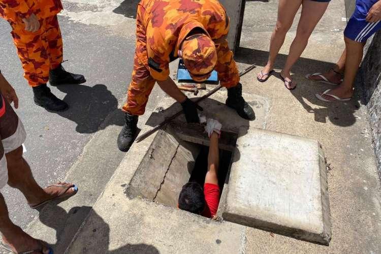 Todos os momentos do trabalho dos bombeiros foram acompanhados por populares da região que aguardavam ansiosos pelo resgate do animal (Foto: Divulgação)