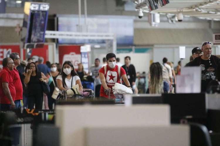 Passageiros e funcionários circulam vestindo máscaras contra o novo coronavírus (Covid-19) no Aeroporto Internacional Tom Jobim- Rio Galeão (Foto: Fernando Frazão/Agência Brasil)