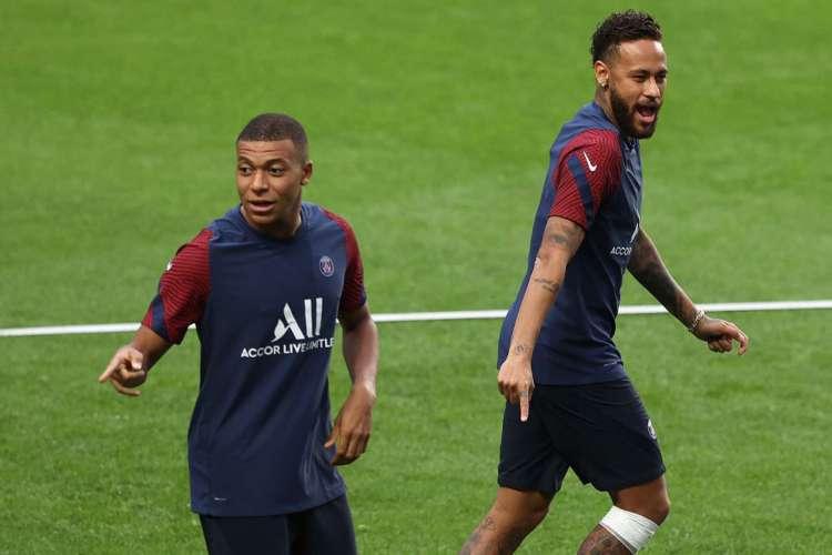 Boa fase de Neymar (d) e retorno de Mbappé são trunfos do PSG contra a Atalanta (Foto: RAFAEL MARCHANTE / POOL / AFP)