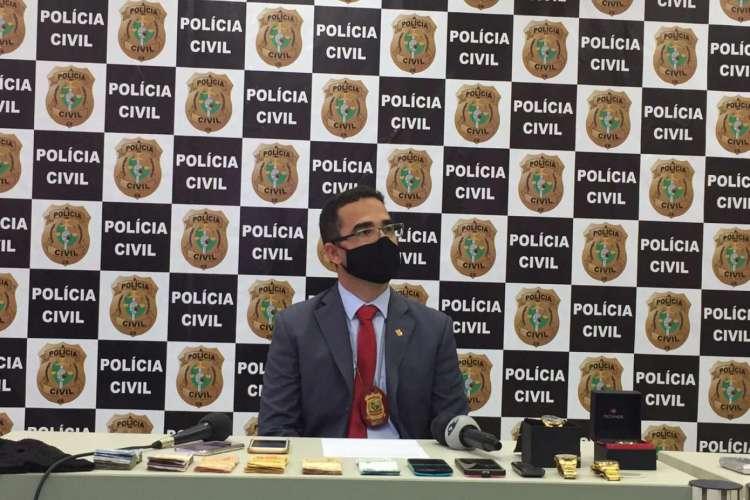 Delegado Márcio Lopes, titular da 2ª Delegacia do Departamento de Homicídio e Proteção à Pessoa (DHPP), em coletiva. Foto: Ascom/SSPDS (Foto: Foto: Ascom/SSPDS)