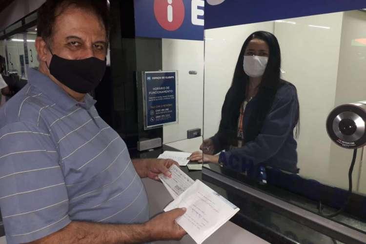 Luiz Roberto foi buscar hoje o pacote com os cheques (Foto: Divulgação)
