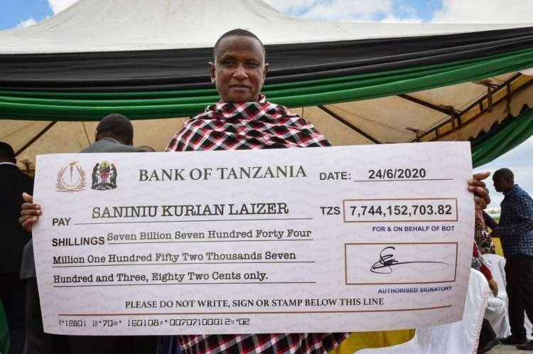 Saniniu Laizer recebeu um cheque de 7,74 bilhões de xelins tanzanianos.
