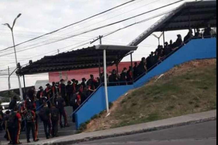 Registro feito por alunos e divulgado por pais e professores em frente à escola estadual Marcantônio Vilaça, administrada pela PM-AM, mostra aglomeração na hora da entrada, em Manaus  (Foto: Divulgação)