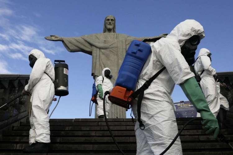 Militares trabalham na desinfecção da estátua do Cristo Redentor antes de sua reabertura em meio ao surto da doença do coronavírus (COVID-19), no Rio de Janeiro, Brasil, 13 de agosto de 2020. REUTERS / Ricardo Moraes (Foto: REUTERS / Ricardo Moraes)