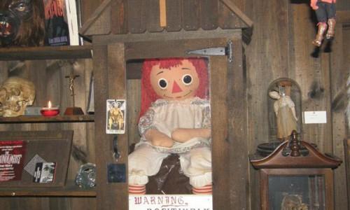 Essa é a verdadeira Anabelle, que inspirou a sequência de filmes de terror. Não se preocupe: a boneca segue no Warren Occult Museum.